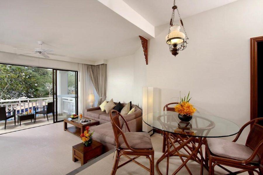 Гостиная и столовая зона в апартаментах в отеле Allamanda
