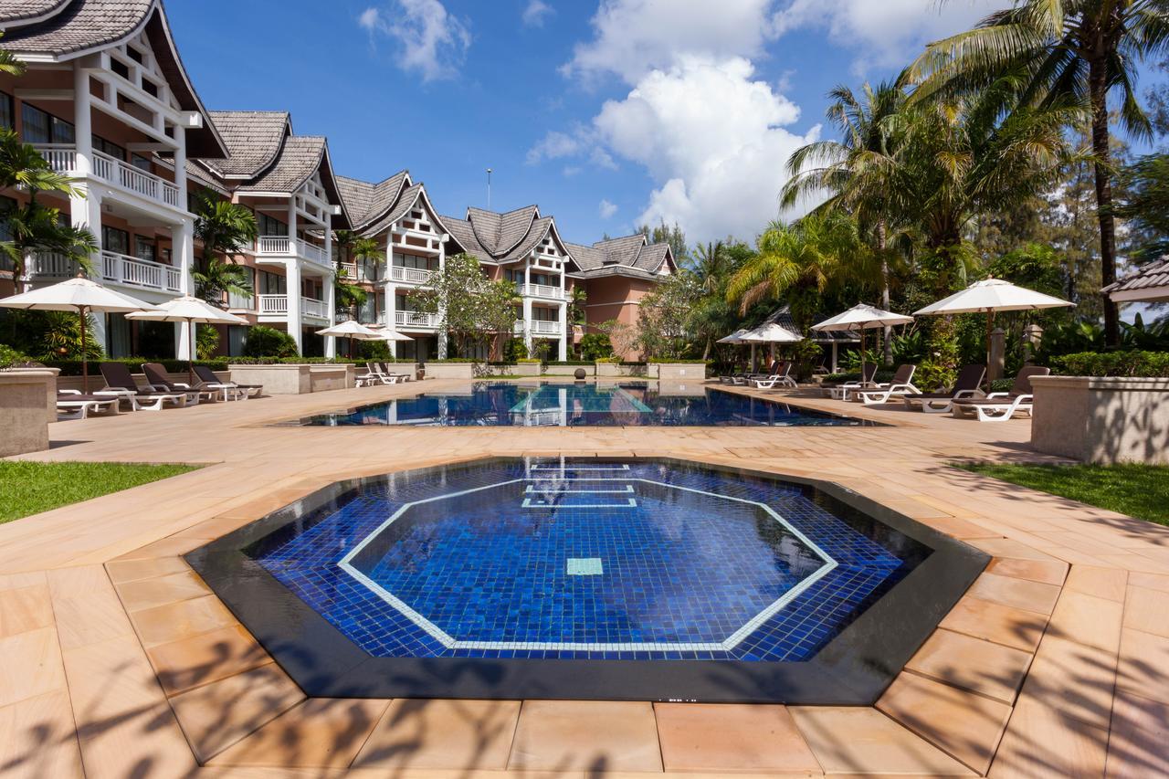 Общий бассейн и шезлонги для отдыха в Allamanda