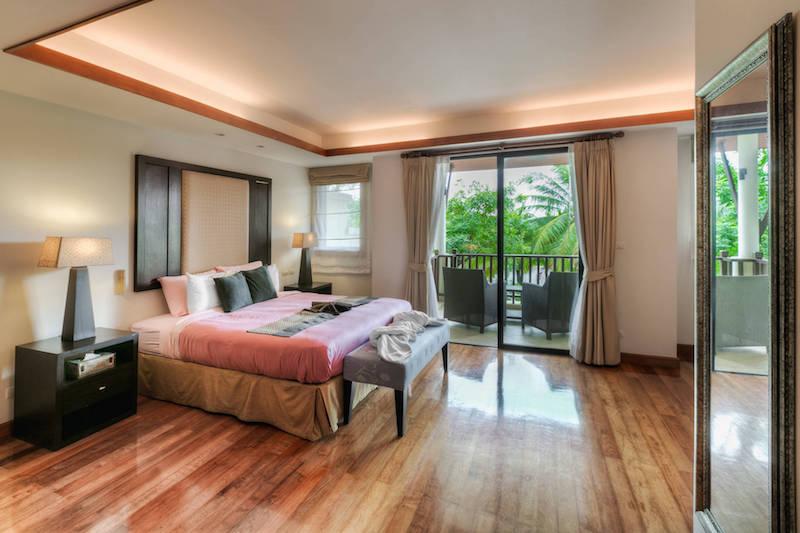 Спальня с выходом на балкон   -  Angsana Villas Phuket