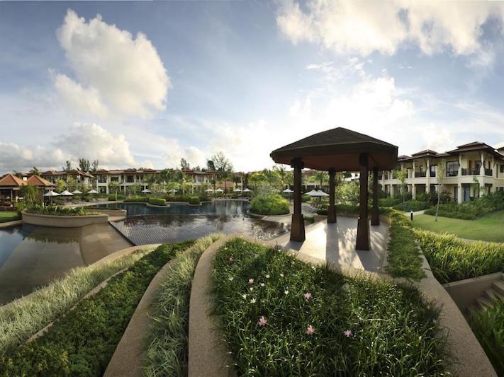 Общий бассейн с беседкой в Angsana Villas Resort Phuket