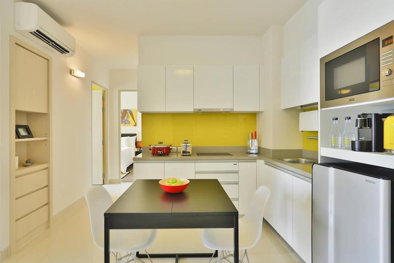 Кухня в апартаментах  - отель Cassia Phuket
