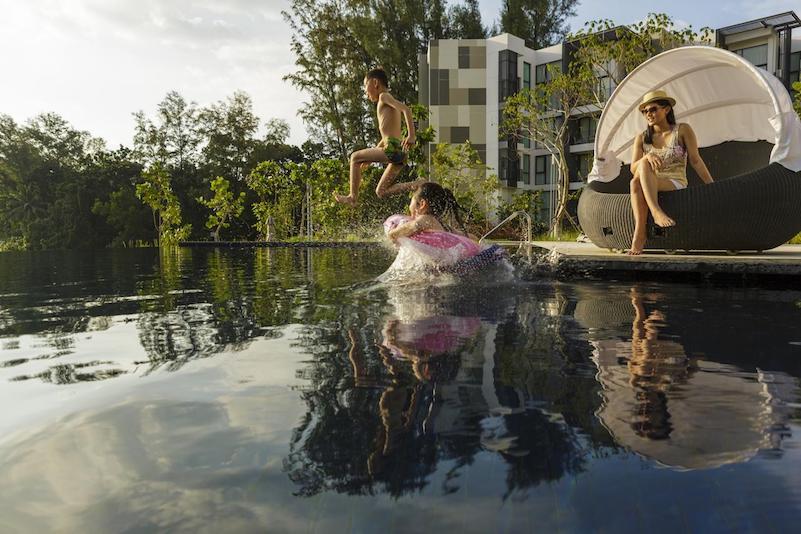 Дети в бассейне в отеле Cassia Phuket