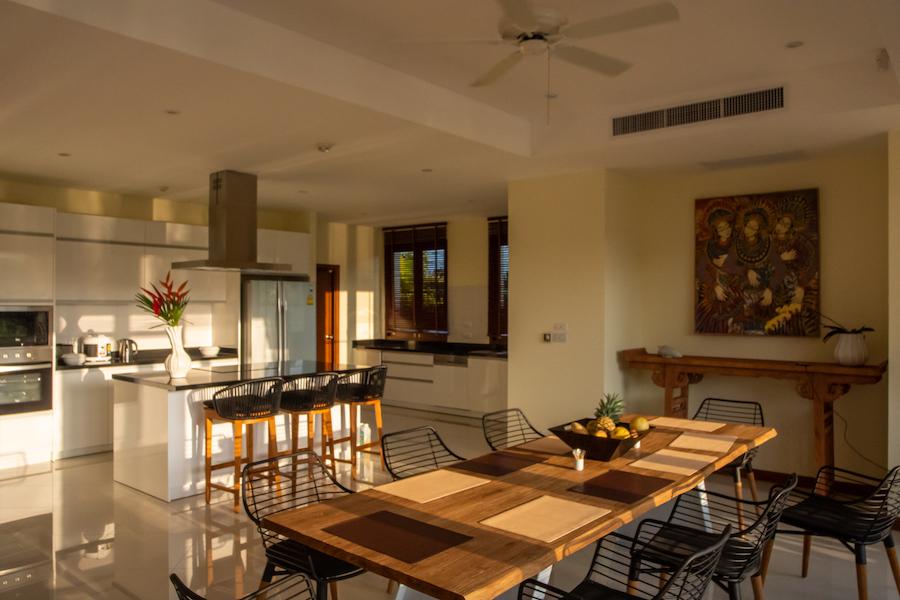Кухня и столовая зона на вилле в Laguna Village