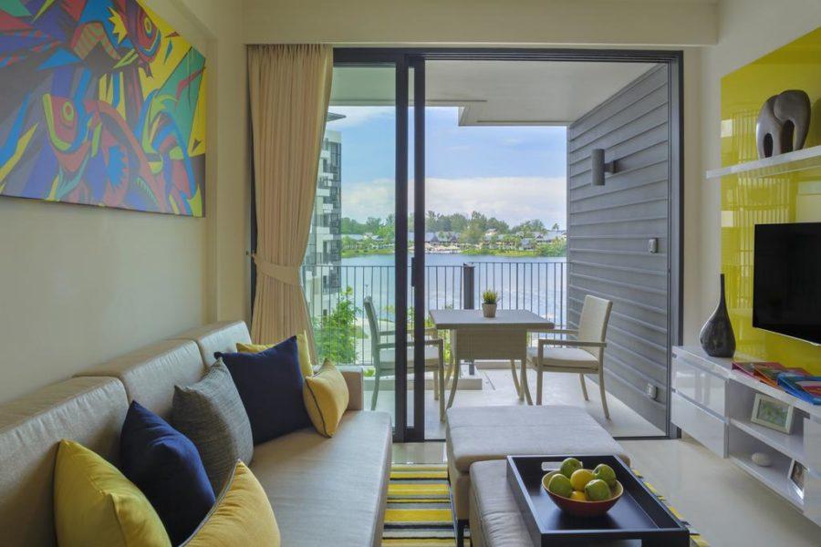 Гостиная зона в апартаментах в отеле Cassia Phuket