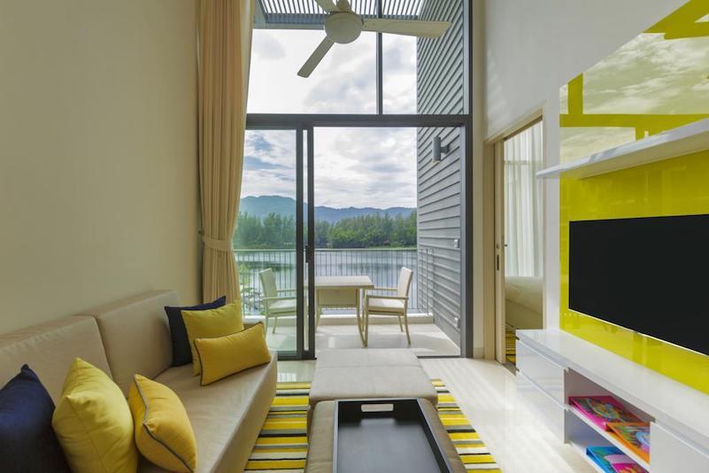 Гостиная в лофте в отеле Cassia Phuket