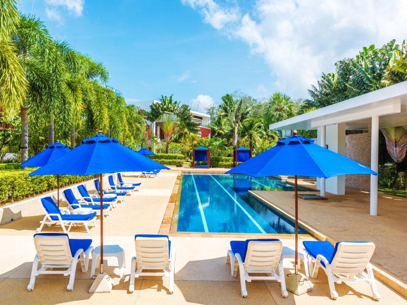 Шезлонги у бассейна - Lotus Gardens Phuket