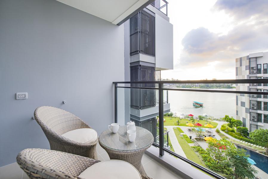 Балкон с видом на озеро - Cassia Residences