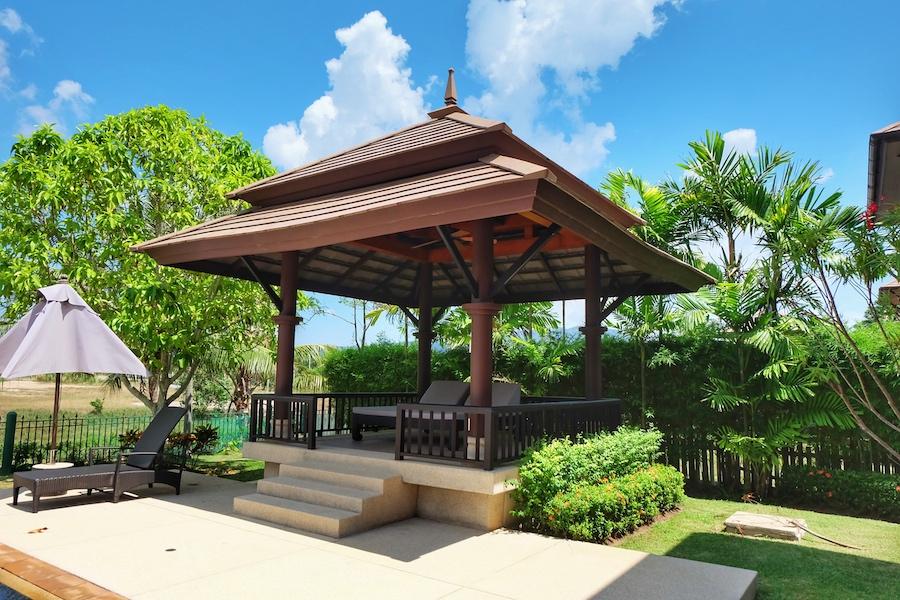 Беседка в саду в резиденции в Laguna Village