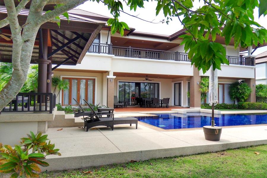 Бассейн в резиденции в Laguna Village