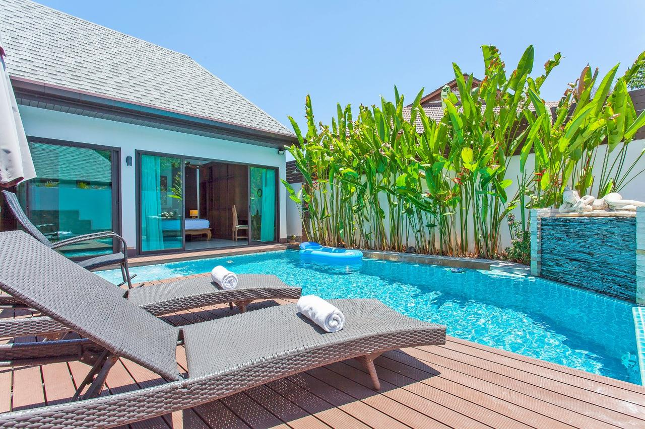 Villa Chrysanthe - шезлонги у бассейна