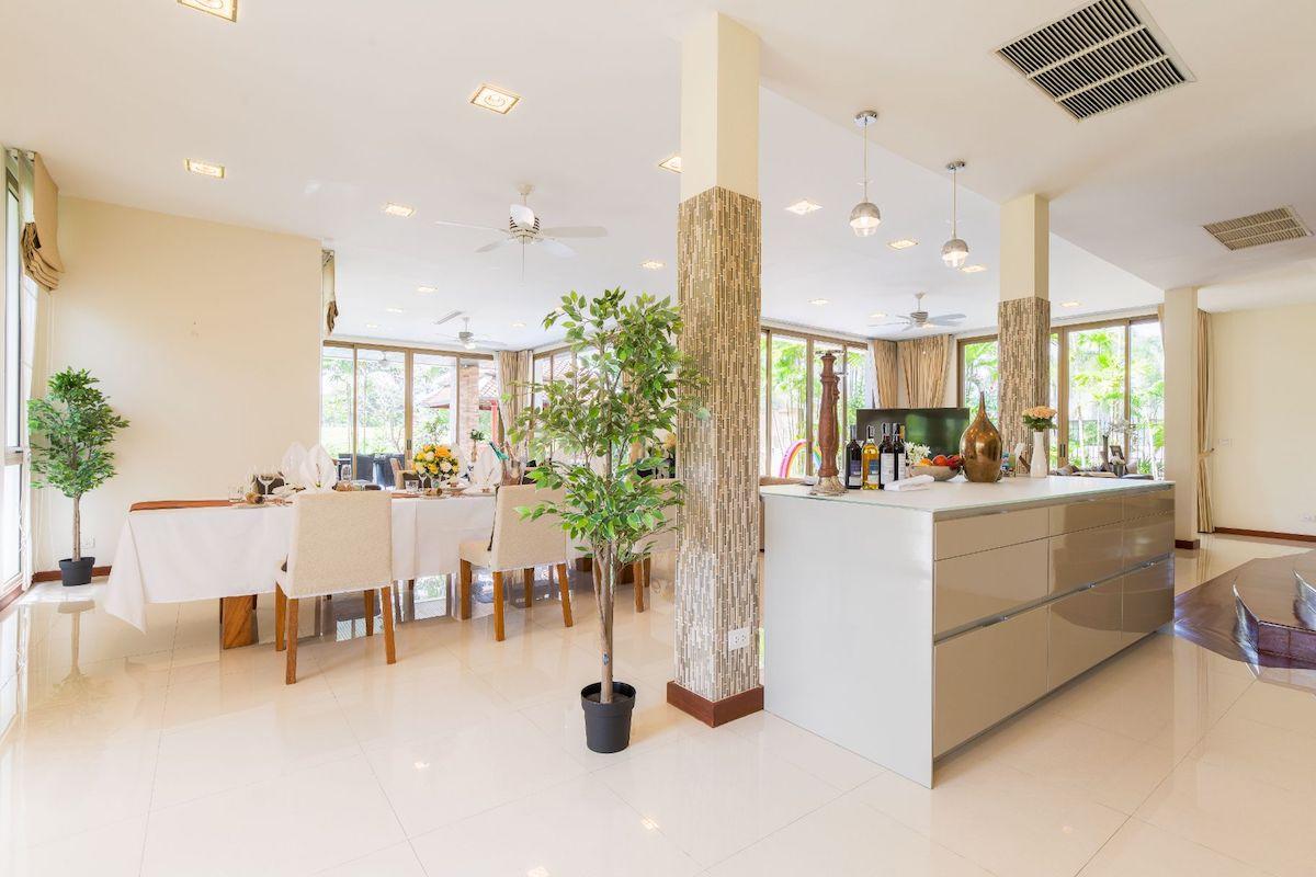 Laguna Homes - совмещенная гостиная и кухня