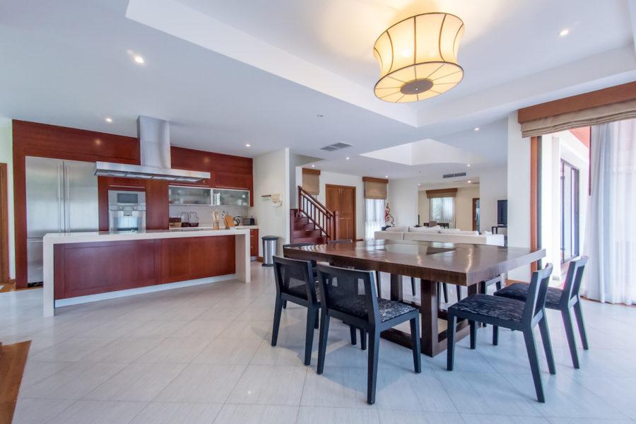 Angsana Villas Phuket - столовая и кухонная зона